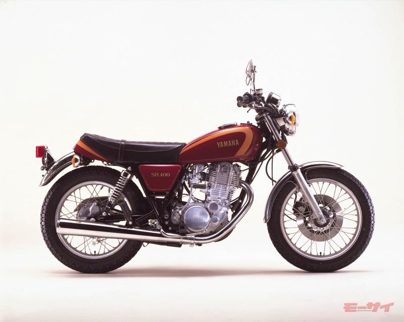 ヤマハ・SR400(1978年)。ブレーキなど変更をうけた部分はあるが、現代に至るまで外観の変更はほぼない。