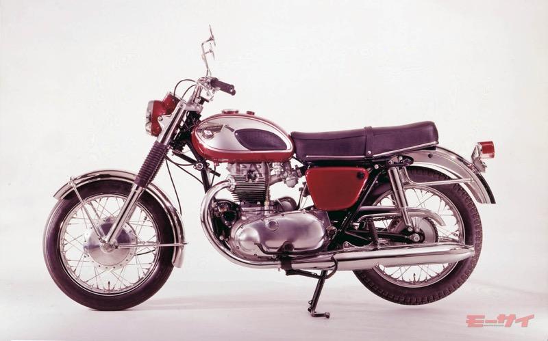 カワサキ・W1(1968年式)。鼓動感のあるバーチカルツインエンジンは国内で人気となったが、主戦場の北米では苦戦。