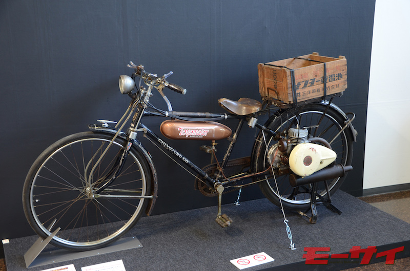 トヨモーターED型(1952)。エンジンカバーやタンクなどを流線的なデザインにし、軽快な印象を与えたED型(60cc)。豊田喜一郎をモデルにしたドラマ、LEADERS(2014年)にも登場したそう。