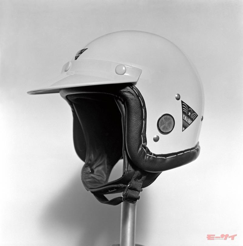 耳の部分にメッシュで覆った穴が設定されており、受話器を押し付ければ自然に会話が可能だった。
