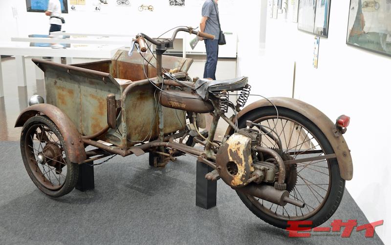 トヨライト3輪G型(1952)。可能積載量100kgをほこる軽自動3輪車。足踏みペダル付きで、急坂を登れることをアピールしたが、高価過ぎて、100台ほどで生産中止となった。