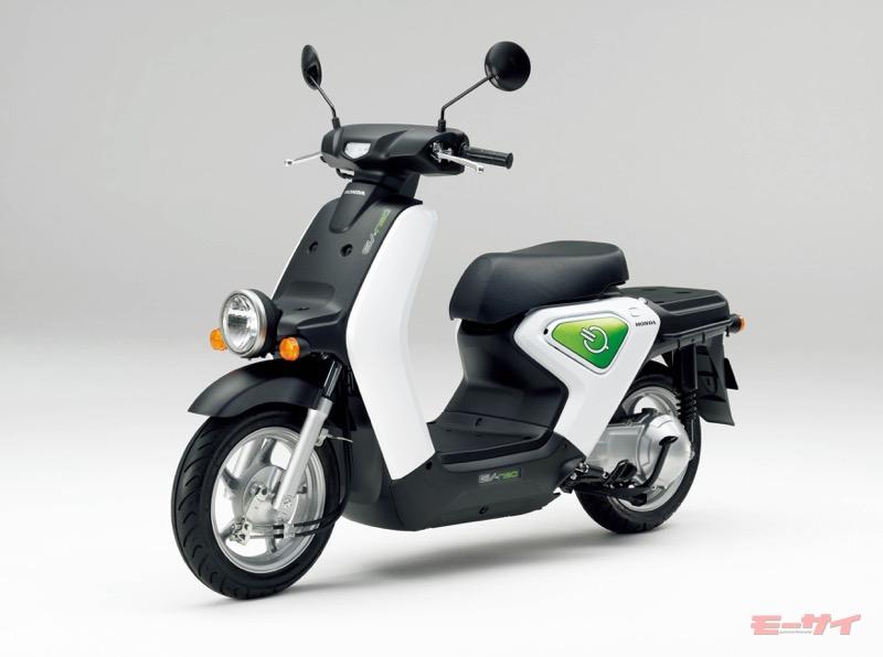 EV-neo(2010年)。原付一種ビジネス系電動二輪車として開発。約30分でフル充電可能なリチウム電池と急速充電器も話題に。価格は税別43万3000円~