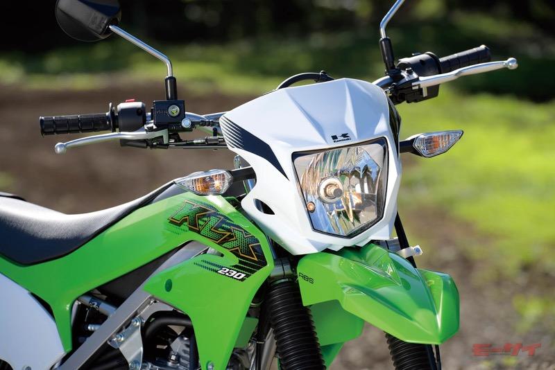 街灯などのない環境を考慮した大型ヘッドライトは60/55Wと明るい。