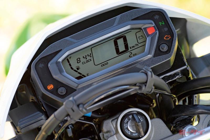 燃料計も装備した小型デジタルメーター。
