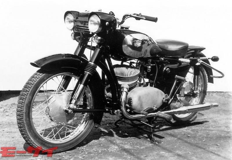 トヨモーター試作2気筒車(1956)。同社唯一の250cc2気筒車。マーチンVA型(マーチン製作所)にも通じるユニークな2眼ライトを採用。
