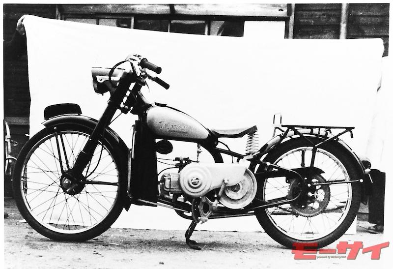 トヨモーターT8型(1955)。自転車バイク的な線を崩したデザインを残した'55年の前期型。キックペダルのラチェット機構が露出している。