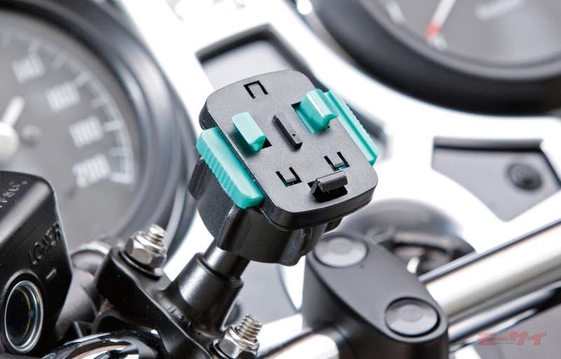 ●ケースとマウントは、3つのツメを持ち左右のボタンを押すだけで素早く外すことが可能なクイックリリースで接続される