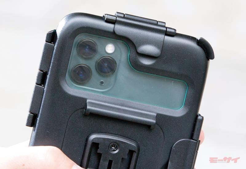 ●背面にはそのスマホのカメラ形状に合わせたクリアカバーが備わるので、写真や動画の撮影もできる