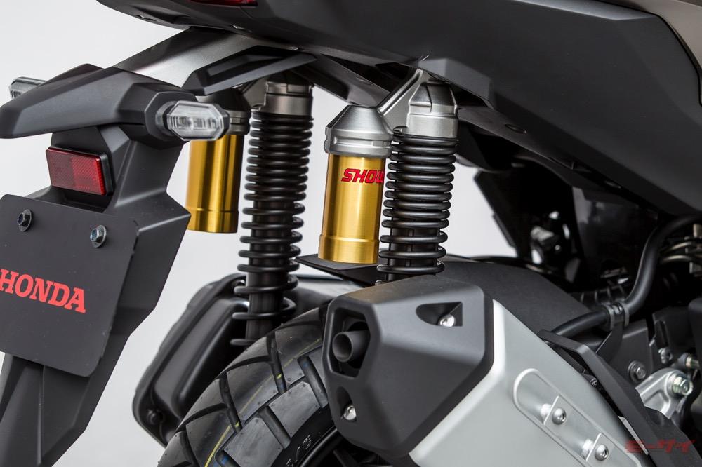 リヤサスペンションは放熱効果に優れるリザーバータンク付き(写真は東京モーターショー2019出展車)