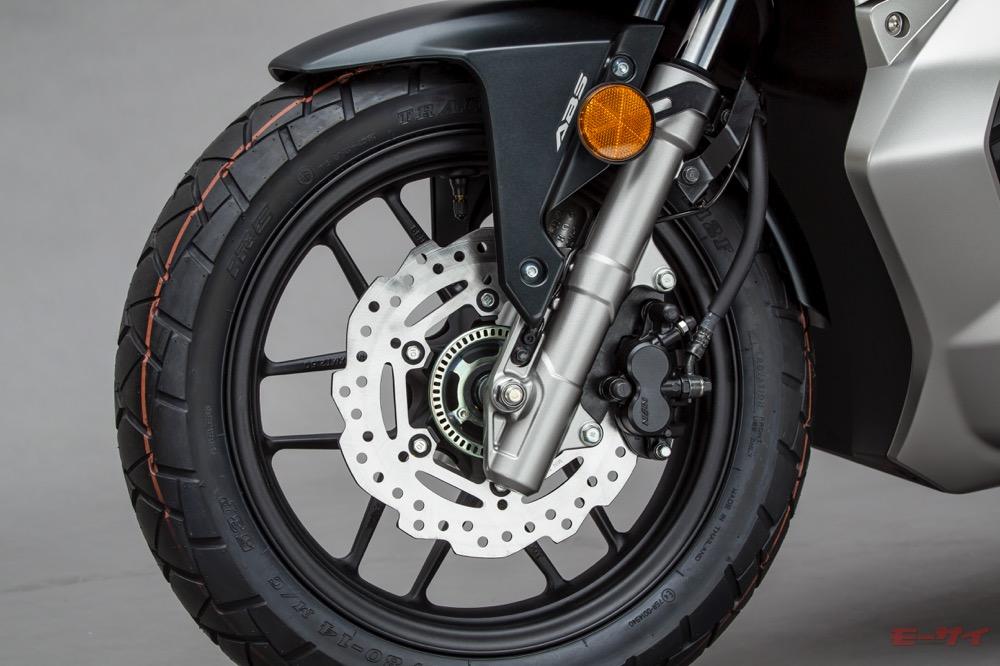 フロントサスペンションは150ccクラススクーター最長の130mmのストローク量を確保(写真は東京モーターショー2019出展車)