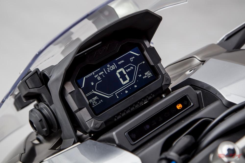 時計、カレンダー、気温、燃費なども表示するメーターパネル(写真は東京モーターショー2019出展車)