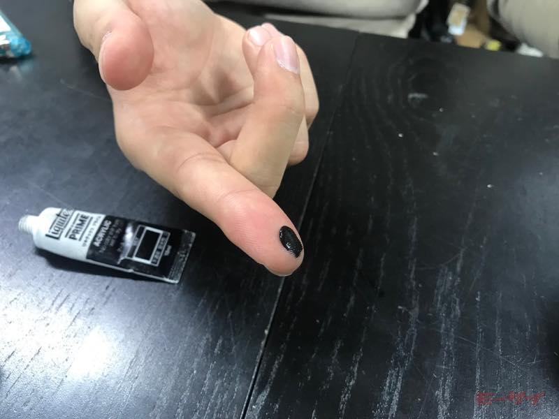 ●アクリル絵の具をほんの少し指に取る