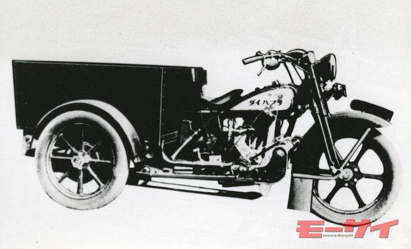 純国産三輪として試作されたダイハツ号HA型(1950年)。 バイクの車体後半に大型のリヤカー式の台車を組み合わせている。