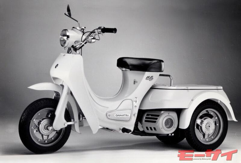 1974年ハローB10 後1輪駆動で操縦性に難があり不人気だった英アリエルスリーの設計者ウオリスが開発、車体がバンクし運転に練習必至。2サイクル49cc、3.5ps/6500rpmで50km/h、価格17万9000円、旧車として購入可能。電動のハローBC(B20)は30km/h、価格25万9000円。後にウオリスは権利をホンダに売却、ジャイロなど三輪開発時の参考になった。