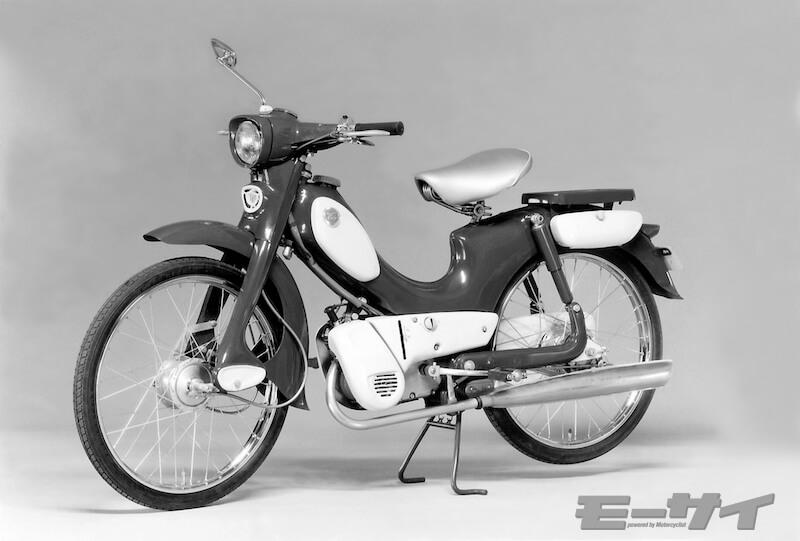 1959年BSチャンピオン1型 初代スカイラインのデザイナー山脇慶西によるスタイリッシュな車体はタンク内臓モノコックフレーム採用したが、進化に乗り遅れて売れず現存車は超希少。ヘッドライト部の豪華な形状のみBSチャンピオン3型に使われ人気を得て行く。2サイクル50cc、2.0ps/5000rpmで55km/h、価格5万5000円。