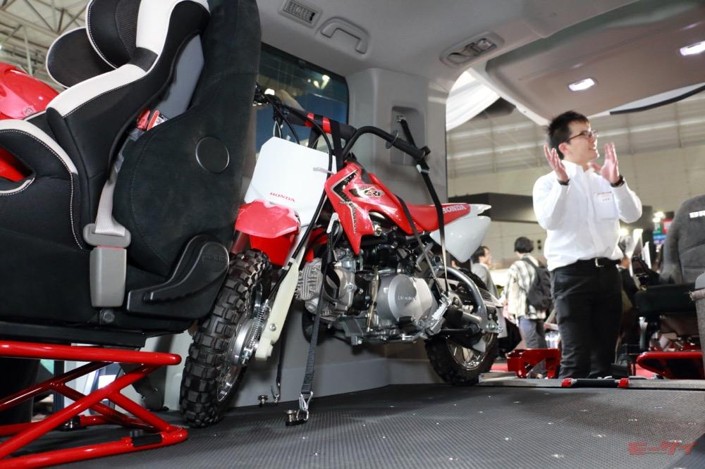スロープがあるのでバイクの積みおろしもラクチン。シートも取り外せる