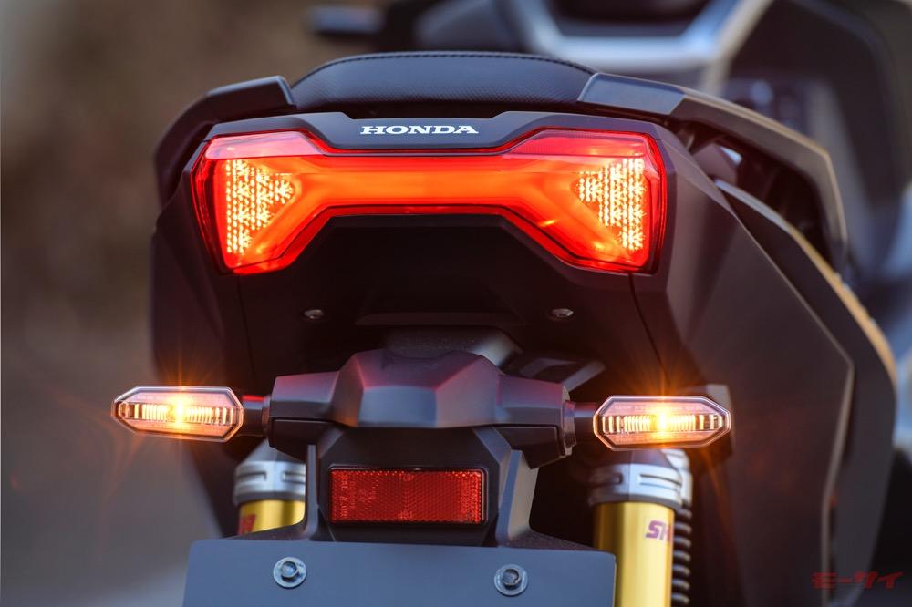テールランプはインナーレンズを採用し、ライト内側が「X字」型に発光する