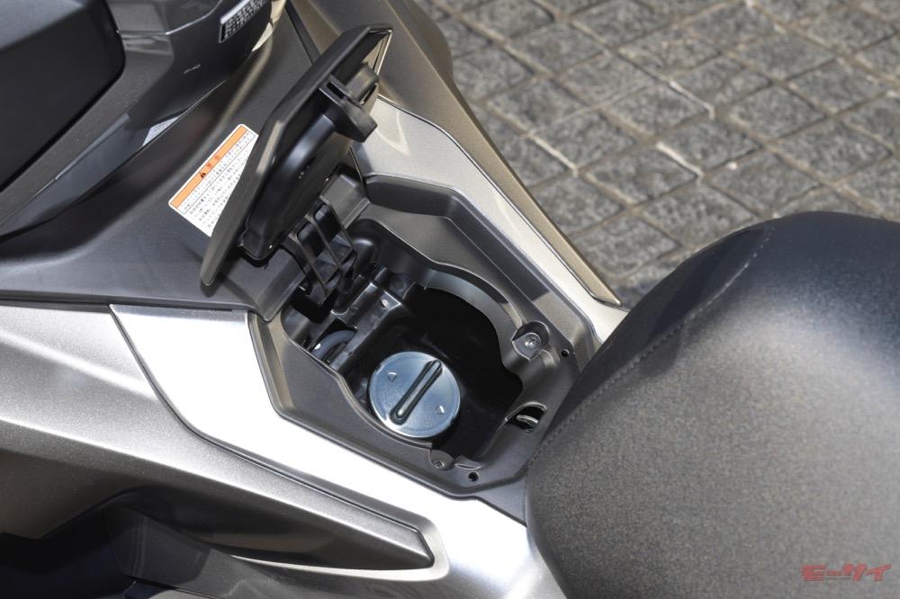 給油口はPCXシリーズ同様、センタートンネル部に配置。燃料タンク容量は8L