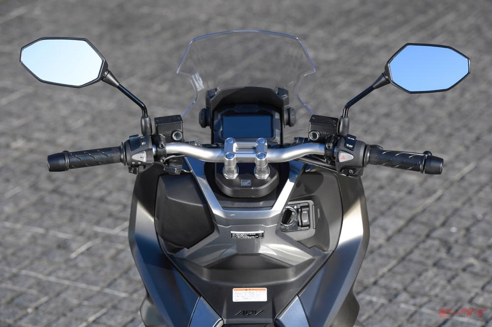 アドベンチャーモデルのようなリジッドマウント式のテーパーハンドルを採用。クランプ部は28.6mm径