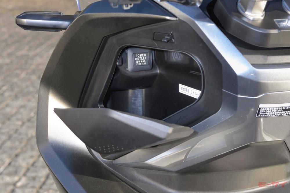 ハンドル左下のインナーボックスにはアクセサリーソケットが設けられている