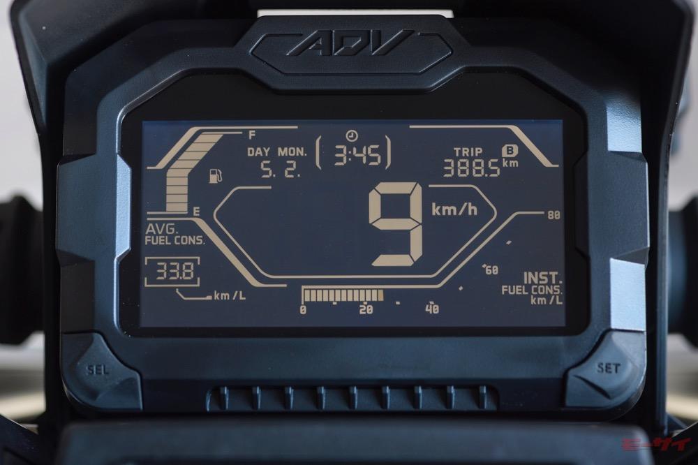 専用デザインの多機能メーターパネル。燃料計、瞬間燃費計、オド&ツイントリップ、時計、カレンダーなどを表示